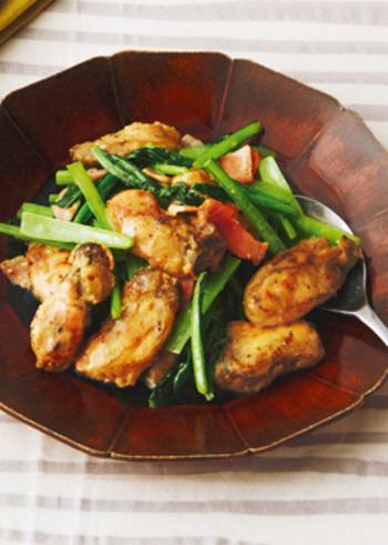 冬が旬の小松菜と牡蠣を、バターしょうゆでこってりめにソテー。ご飯に合うメインのおかずになります。牡蠣は小麦粉をまぶして焼くことで、縮むのを防ぐことができますよ。
