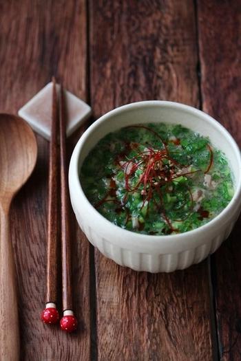 みじん切りにした小松菜をたっぷり具材にした、翡翠色の中華風スープ。オイスターソースと練りごまを使うので、春雨がよく合う濃厚なスープになります。