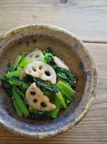 小松菜と蓮根のシャキシャキとした食感を活かした副菜のレシピ。明太子で和えることで、いつもと違った味わいに。お酒のおつまみとしてもおすすめです。