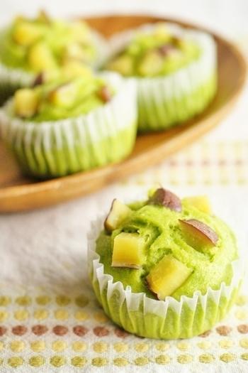 小松菜が苦手なお子さんにぴったりの、緑が綺麗なふっくら蒸しパンのレシピ。さつまいもの甘さも手伝って、自然な優しい甘さに。おやつにぴったりですよ。