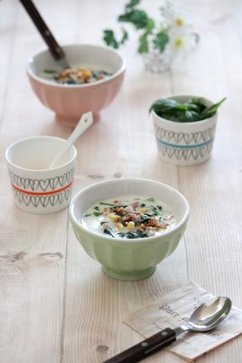 ほうれん草の苦みが苦手なお子さんもいるはず。そんな時はクリームスープにしたり、コーンなどの甘い食材と一緒に調理すると食べやすくなり、喜んで食べてくれるかも。