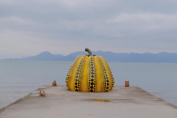 日本を代表する芸術家、草間弥生さんの南瓜オブジェをはじめ、様々なアーティストの作品が島全体に点在している、島全体が現代アートと一体化したような存在、それが直島です。