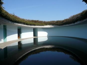 株式会社ベネッセホールディングスが直島を中心に展開しているアート活動。ベネッセハウスという宿泊施設では、アートと自然と建築が融合した空間を堪能することができます。