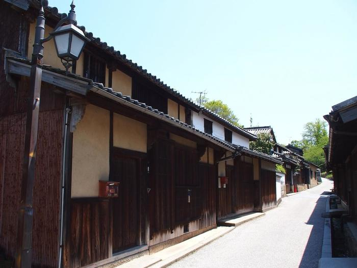笠島集落は、国の「伝統的建造物群保存地区」に指定されている集落で、網の目のような細い路地や古い町並みから、時間の流れが止まったかのような昔ながらの港町を闊歩することができます。