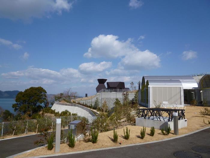 この個性的な建物は、世界から注目を集めている建築家・伊東豊雄氏の軌跡を展示した日本では初めての「建築ミュージアム」です。自然と建築と空間デザイン、それらの融合を肌で感じることができますよ。