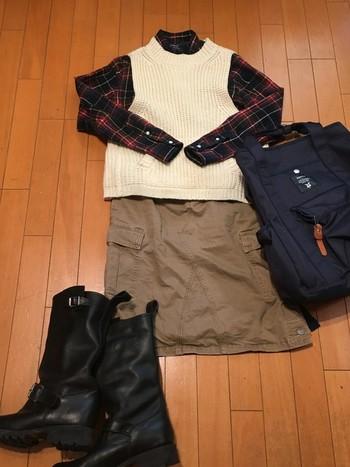 季節によっては、上にベストを重ねて秋色コーデ。こんな風に、1着で色々着まわせて便利。季節問わず活躍してくれるのがジムフレックスの嬉しいところ。