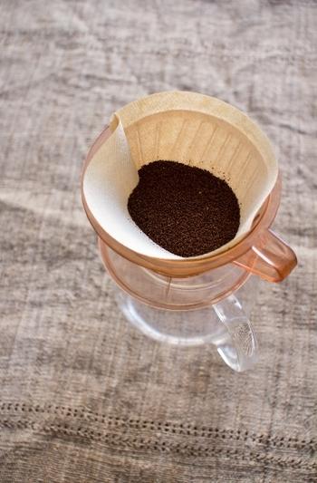 1.ドリッパーにペーパーフィルターをセットします。  2.分量のコーヒー粉をペーパーフィルターの中に入れ、優しくドリッパーを揺すって、コーヒー粉を平らにしておきます。  これで、準備完了。