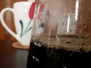 7.サーバーの目盛りを確認して、人数分のコーヒーが落ちたら、すぐにドリッパーを外します。