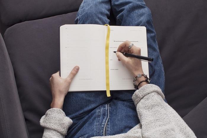 手書きにすることで、その時の感情が文字にあらわれます。丁寧であったり、乱暴だったり、時には眠くてみみずのような文字になっていたり。スマホやキーボードで入力するのは簡単ですが、ぜひ手書きにこだわってみてください。デジタルは修正が簡単ですが、ありのままを書き出すのが目的ですから書き間違いも正さなくてよいのです。