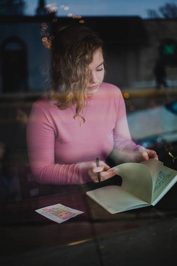 モーニングページは誰に見せるものでもないので、良いことも悪いことも、思い浮かぶことをありのままに書き綴っていきましょう。きれいな文章にする必要はありません。走り書きでOKです。
