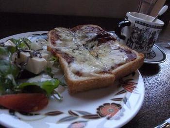特製ハヤシライスのトースト。他にも目玉焼きとサツマイモのサンドイッチや特製チキンカレーなど充実しています。