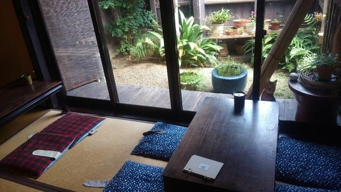 畳席もあって落ち着きます。お庭にもほっこり。