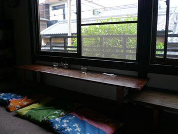二階の窓際のカウンターも素敵です。座布団も可愛いですね。