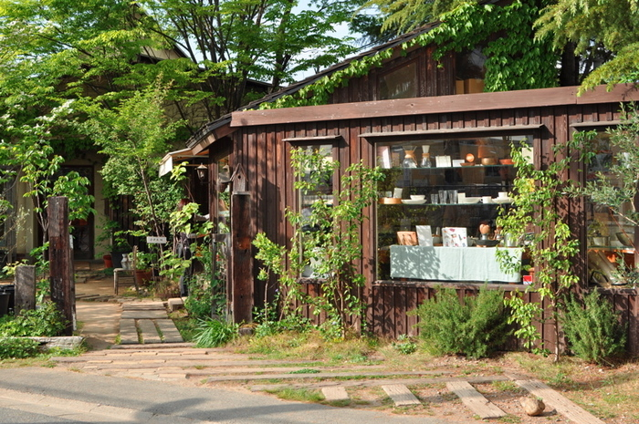 ならまちとは少し離れた場所に1984年に生まれた「くるみの木」。いわずとしれた大人気店です。 緑に囲まれたのどかで素敵な雰囲気の外観です。絵本に出てきそう。