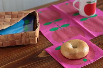 インパクト抜群のりんごのペーパーナプキンをプレート代わりに。ポップな柄が食卓を楽しく彩ります。