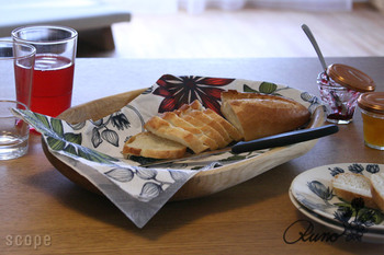焼きたてパンの置き場所に。パンくずをこぼさず、見た目にも可愛く。一石二鳥の使い方ですね!