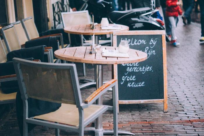 人通りの多い場所に立つオープンテラスのカフェ。ギャルソンが手際よく、お客さんのオーダーをこなしていきます。本場のカフェでよく使われるのはシンプルで実用性が高いグラスやカップ、そしてお皿。多少ぶつかっても気にならないくらいのものがちょうどよいのです。
