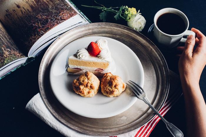 コーヒーと一緒にちょっと甘いものを、という時に。純白の生クリームもこんがり焼けたスコーンもおいしそうに見せるデザートプレート。