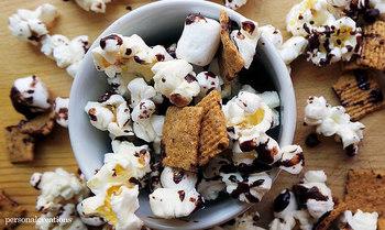 大きなボウルでポップコーン、シリアル、ミニ・マシュマロとチョコレート・チップを混ぜます。パラフィン紙に混ぜあわせたものを広げて、溶かしたチョコレートをまわしかけます。冷えて固まったら出来上がり!