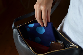 ハンカチ代わりに持ち歩き。バッグの中でコンパクトにおさまり、ちょっとしたものを包むこともできて便利です。