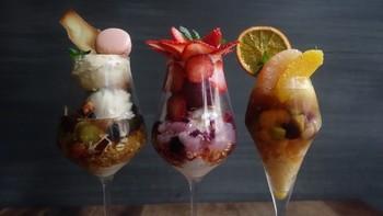 フルーツをたっぷりと使った独創的なパフェは見た目も素敵!思わずSNSにアップしたくなってしまいますね。食べるのがもったいなくなってしまいます。