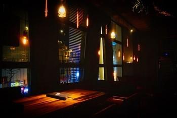 狸小路のデザートバー「INITIAL」。パフェなどのデザートを主体にしたバーで、おしゃれな大人の雰囲気が漂い、ランプの優しい光に心が和みます。