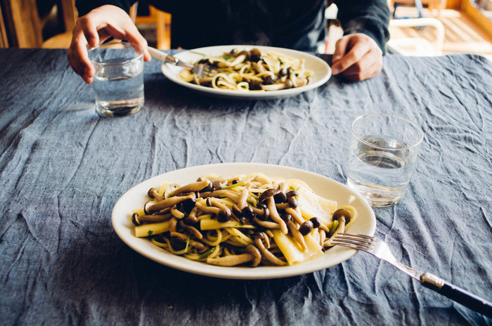普段の食卓で。毎日使うのは、やっぱり丈夫なものがいい。ちょっと無骨な男の料理もきちんと受け止めてくれるから、頼もしい。