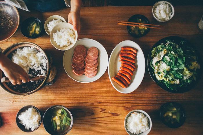 サタルニアのプレートは和の食卓にだって似合います。というより、何に似合う、などをあまり気にしなくてよいのです。おかずがお皿からはみ出しそうでもご愛敬。みんなでわいわい食卓を囲む時間が、実は何より嬉しかったりしますよね。