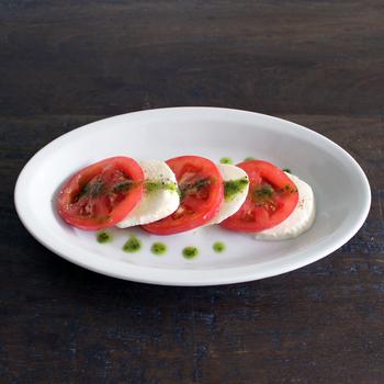 お皿の余白を利用して、ソースを散らしてみても。レストランの一皿の雰囲気を気軽に実現できますよ。