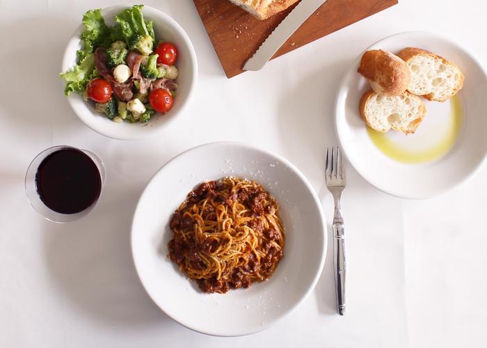 分厚くどっしりとした安定感とぽってりとした質感、そして幅広のリムが特徴的な「チボリ」シリーズ。イタリアのトラットリアやバルの定番とされているのが頷ける、実用性の高いデザイン。やはりすごいのは何を盛り付けても自在なところ。