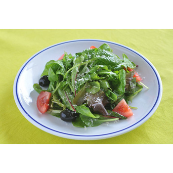 シンプルなサラダも野菜の瑞瑞しさが際立ちます。黄色のクロスともお似合いです。