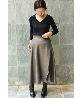 コンパクトな薄手のニットにはドレープ感のあるスカートやガウチョ系アイテムが好相性◎主役のスカートが引き立つような引き算コーデが参考になります。