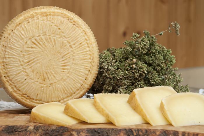 ペコリーノとは、ヒツジの生乳で作られたチーズで、イタリア語でヒツジを意味する「ペコラ」に由来しています。ヒツジの生乳はタンパク質も脂肪分も多いので、チーズにすると濃厚な味のものができあがります。一般的な牛の生乳で作ったハードタイプチーズは、ほろほろとした舌触りですが、ペコリーノ・トスカーノは口の中で溶けていくような食感が特徴です。