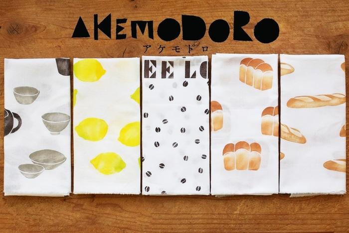懐かしくてモダンな、手染め小物作家アケモドロの手ぬぐい。素朴で温かな雰囲気は、ハンドメイドだからこそ出せる味わいです。