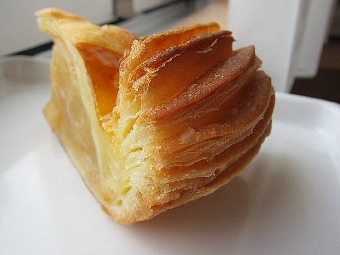 名物「アップルパイ」。カルピスバターをふんだんに練りこみ、焼きたてサクサクです。ウェブショップから通販も可能!