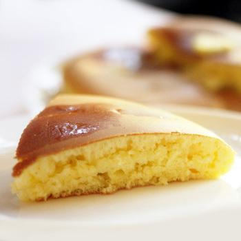 キツネ色に焼けた直径18センチもある大きなパンケーキを、たっぷりのバターとメープルシロップでいただきます。