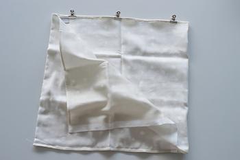 中表にして三つ折りにし、上下2か所を直線縫いします。マチ針がない場合、クリップで代用可能です。