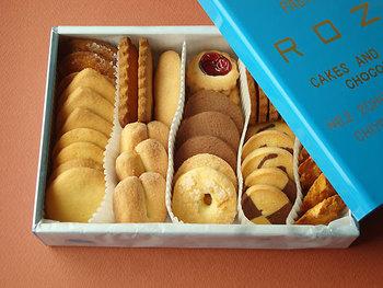 こちらのブリキの缶入りクッキー。開店時間に電話をして、お取り置きしてもらわないと入手できないと言われるほどレアなスイーツとしても有名なんです! 青い缶箱は浅草の職人さんによるもの、クッキーもすべてが職人さんの手作りということで、大量生産できないそう。