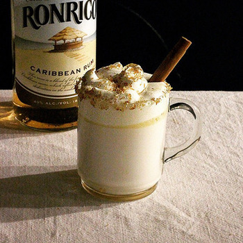 熱湯をホットミルクに置き換えると、「ホットバタードラムカウ」というカクテルに。 ラム酒のアルコールが牛乳でまろやかになり、アルコールが苦手なひとにも飲みやすいカクテルです。