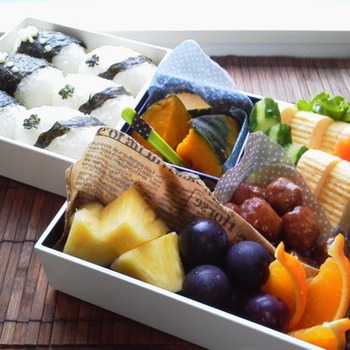 色や柄モノのラッピングペーパーを使えば、お弁当が一気に華やかに。純和風のお弁当も、なんだか小洒落た印象です。