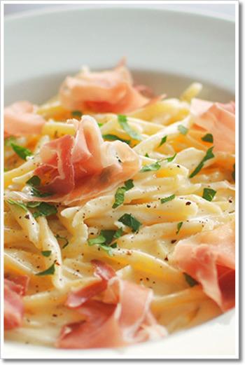 【タレッジョと生ハムのトロフィエ】 タレッジョと生ハムの塩気が生クリームの旨味とマッチした一品。素材の味を活かしたお手軽レシピです。