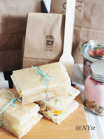 サンドイッチをひと口サイズに切って、ワックスペーパーをクルリ。紐で結んで可愛らしく演出。