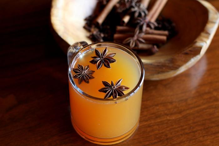 お湯割りの蒸留酒(ウイスキーなど)に、甘味料とスパイスをくわえたカクテル「ホットトディー」。 体がぽかぽかになるので、スコットランドでは風邪のひきはじめに良いとされているドリンクです。