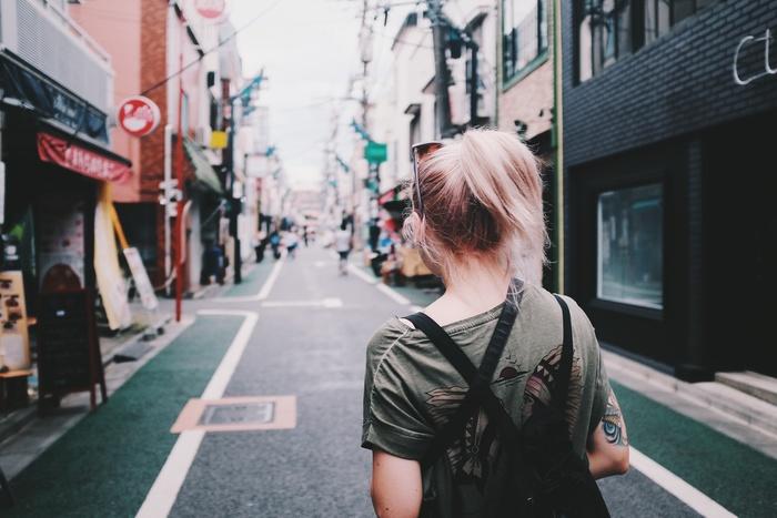 考え事をしながら歩いてみる、まだ知らない新しい道を歩いてみる、季節の変化に触れる、道端で出会う猫や鳥、犬の散歩をしている人、新しいお店や風景に出会う…散歩はいつだってきらきらとした発見に満ちています。