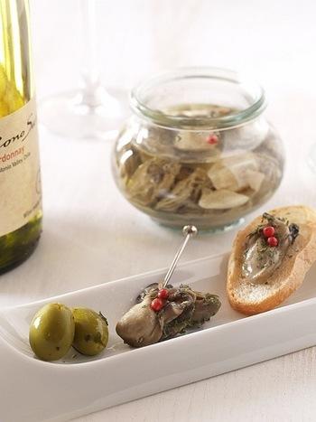 牡蠣のジューシーさと、そのうまみが溶けだしたオイルのおいしさ!贅沢なおつまみやオードブルとして、ワインと合わせたくなります。ごまラー油をかけるのもおすすめだとか。