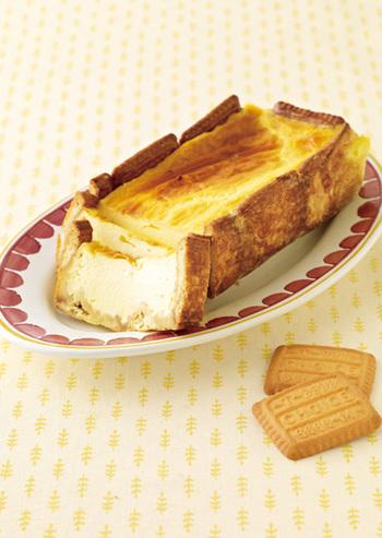 バターの風味豊かなビスケットを敷き詰めれば、それだけでタルト生地ができてしまいます。あとは卵や砂糖、牛乳などを混ぜ合わせたものを流し込むだけ!とっても簡単ですよね♪