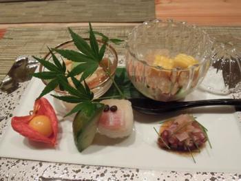 15歳で修行を始め、寿司の名店・和さびや、道場六三郎の元で腕を磨いてきた若大将が作る懐石料理は、モダンでありながら和食の素晴らしさを再確認できます。多くの食通を魅了する料理の数々は、さすがミシュラン星付きのクオリティーです。