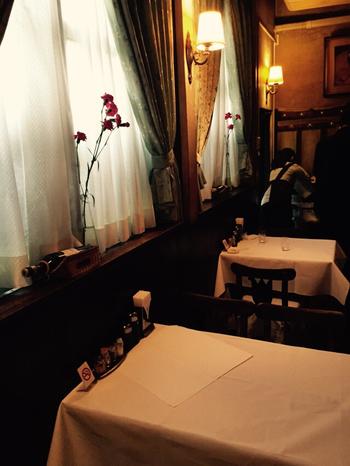創業当時から変わらない、古めかしい煉瓦造りの建物。五反田駅からすぐの場所にあるのが『グリルエフ』という老舗洋食店です。昭和25年創業。懐かしさを感じさせる看板や手書きのメニューは今もなお健在です。