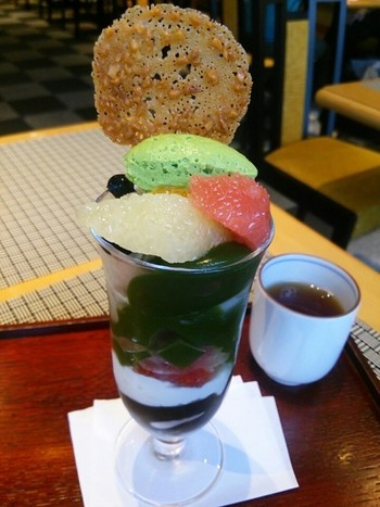 濃厚な宇治抹茶粉がふんだんに使われたゼリーとフルーツがさわやかさなパフェです。