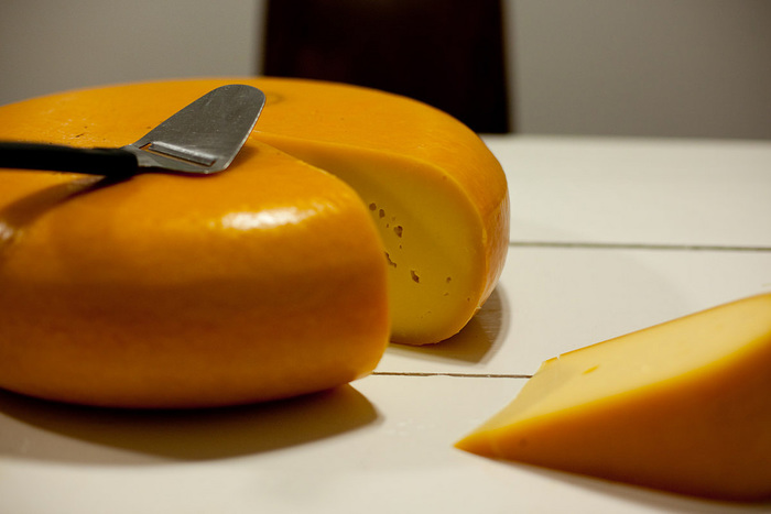 オランダを代表するセミハードタイプチーズで、世界中でも愛されています。黄色い表面はワックス(ロウ)で、内部は乳白色をしています。マイルドな味わいは日本人の嗜好に最も合ったチーズとも言われ、プロセスチーズの原料としても使われています。そのままおつまみや軽食、サンドイッチなど、幅広い料理に利用できます。